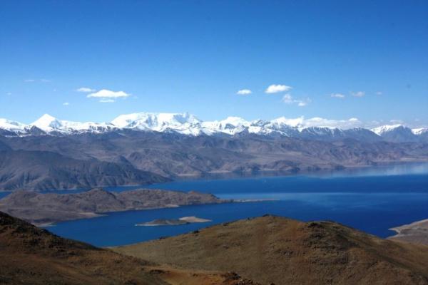 Вершина Уртабуз. Вдали - Пик Ленина. Внизу - озеро Каракуль