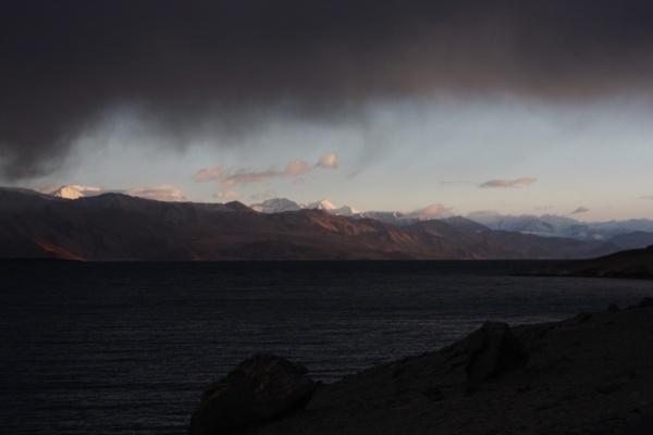 Памир. Озеро и горы из-под облака